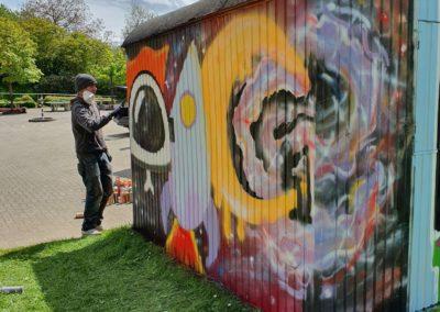 """Graffiti-Künstler """"Semor"""" spayt in der IGS Horhausen."""