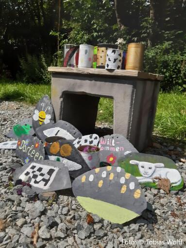 Upcycling aus alten Konservendosen und Schieferplatten. Foto Tobias Wolff
